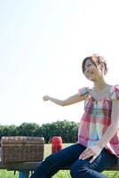 ピクニックをする女の子 02299006666| 写真素材・ストックフォト・画像・イラスト素材|アマナイメージズ