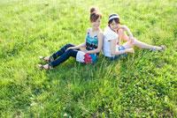 芝生に座る2人の女の子