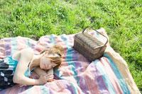 芝生で眠る女の子