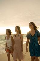 砂浜を歩く3人の女の子