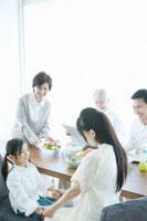 家族5人の朝の食卓 02299006825| 写真素材・ストックフォト・画像・イラスト素材|アマナイメージズ