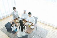 家族5人の朝の食卓