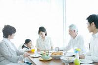 家族5人の朝の食卓 02299006831  写真素材・ストックフォト・画像・イラスト素材 アマナイメージズ