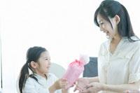 プレゼント交換をする母と娘