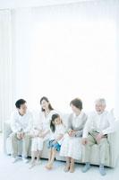 リビングのソファに集まる家族5人