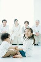 仲良く遊ぶ兄弟と見守る両親と祖父母 02299006845| 写真素材・ストックフォト・画像・イラスト素材|アマナイメージズ
