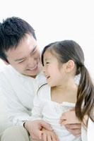 笑顔で寄り添う父と娘