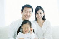 笑顔で寄り添う親子3人