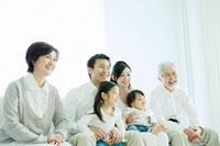 リビングのソファに集まる家族6人