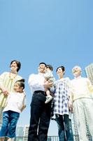 青空の下の家族6人 02299006861| 写真素材・ストックフォト・画像・イラスト素材|アマナイメージズ