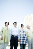 並んで空を見上げる家族4人