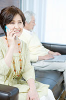 携帯電話で電話するシニア女性