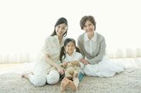 カーペットの上に座り寄り添う女性三世代 02299006910A| 写真素材・ストックフォト・画像・イラスト素材|アマナイメージズ