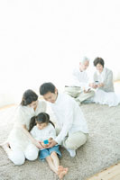携帯電話を覗き込む親子3人