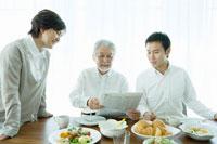 家族3人の朝の食卓