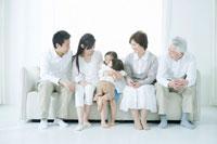 リビングのソファに集まる家族6人 02299006942A| 写真素材・ストックフォト・画像・イラスト素材|アマナイメージズ