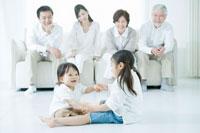 仲良く遊ぶ兄弟と見守る両親と祖父母 02299006943B| 写真素材・ストックフォト・画像・イラスト素材|アマナイメージズ