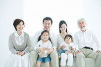 ソファに集まる家族6人