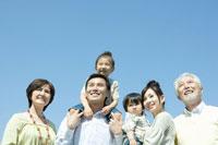 青空の下の家族6人 02299006955| 写真素材・ストックフォト・画像・イラスト素材|アマナイメージズ