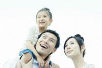 青空の下の親子3人