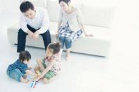 リビングで子供と遊ぶ両親 02299006990| 写真素材・ストックフォト・画像・イラスト素材|アマナイメージズ