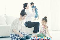 リビングで子供と遊ぶ両親 02299006992A| 写真素材・ストックフォト・画像・イラスト素材|アマナイメージズ