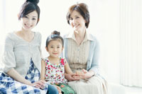 笑顔で寄り添う女性三世代