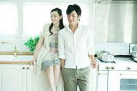 キッチンで寄り添うカップル