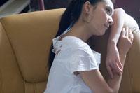 ソファに座る女性の横顔