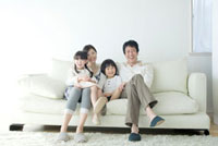 ソファに並んで座る親子4人