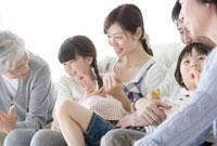 ソファに並ぶ三世代家族 02299007206| 写真素材・ストックフォト・画像・イラスト素材|アマナイメージズ