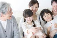 ソファに並ぶ三世代家族