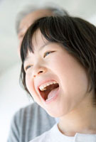 口を開けて笑う男の子の顔アップ