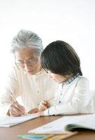 祖父に勉強を教わる孫息子