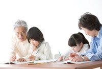 祖父母に勉強を教わる孫たち