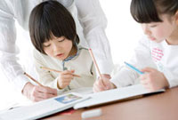 父に勉強を教わる子供たち