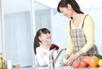 キッチンで一緒に皿洗いをする母と娘 02299007272| 写真素材・ストックフォト・画像・イラスト素材|アマナイメージズ