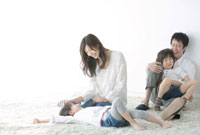 リビングでくつろぐ家族4人 02299007285| 写真素材・ストックフォト・画像・イラスト素材|アマナイメージズ