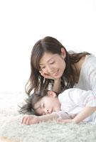 眠る娘を見守る母