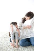 タオルに顔をうずめる母と娘
