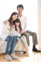 親子3人のポートレート 02299007298| 写真素材・ストックフォト・画像・イラスト素材|アマナイメージズ