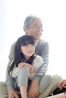 祖父と孫娘のポートレート