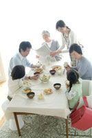 三世代家族の食卓の風景