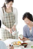 祖母にお茶を注ぐ母