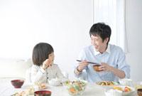 食卓の父と息子