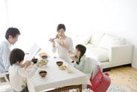 家族4人の食卓の風景