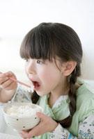 ご飯を食べようとする女の子