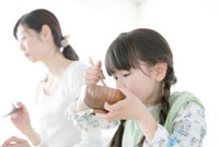 食事をする母と娘 02299007336| 写真素材・ストックフォト・画像・イラスト素材|アマナイメージズ