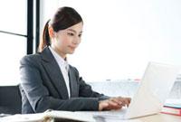 パソコンに向かうビジネスウーマン