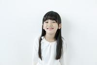 微笑む女の子のポートレイト 02299007466| 写真素材・ストックフォト・画像・イラスト素材|アマナイメージズ